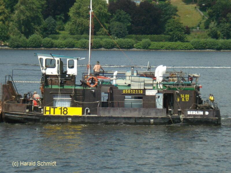 HT 18   ENI 05612110 (ex SCH 2353) 002 mit Kranbarge am 8.7.2010_1
