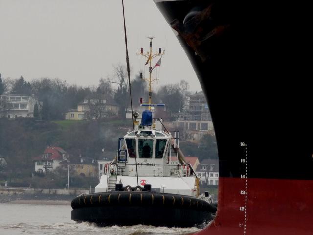 Hafenschlepper Peter bei der Arbeit
