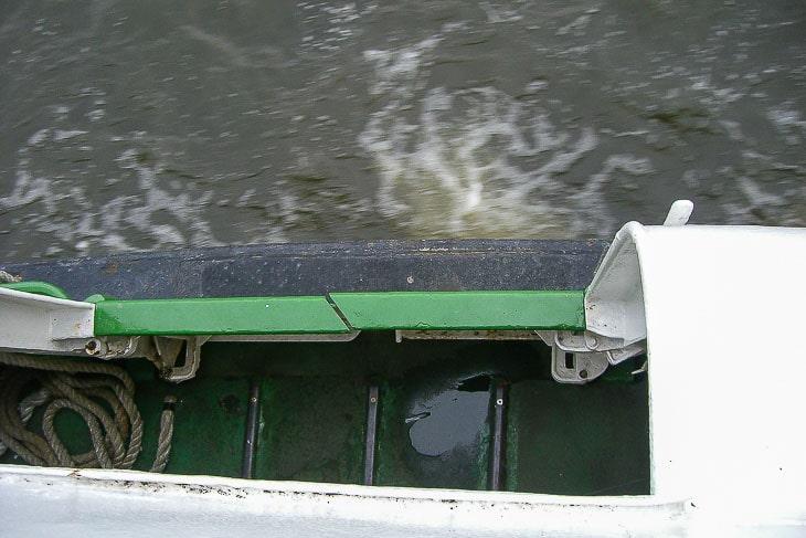 Die Zugangspforte im Heck eines HADAG-Typschiffs. Hier erkennt man gut die Führungsschienen, auf denen die Stegs aus dem Schiff herausgezogen wurden