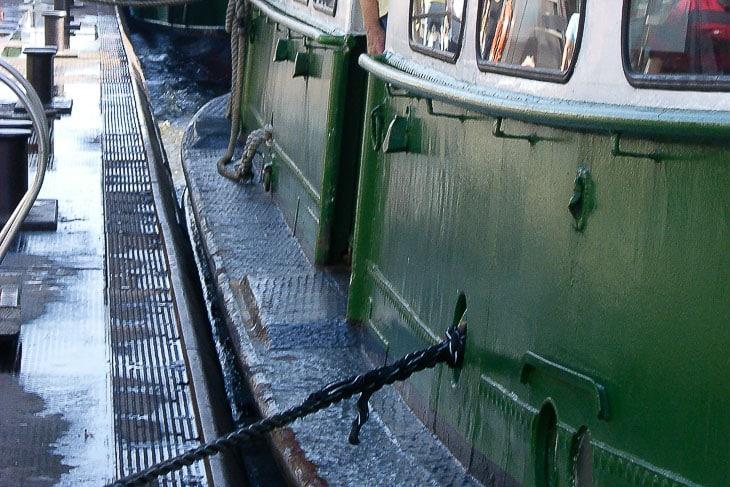 Die extrem breite Wallschiene auf den Typschiffen der HADAG ermöglicht den Festmachern, beim Anlegemanöver vom Bug bis zum Heck zu laufen