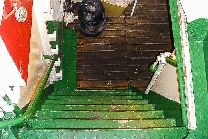 Über diese schmale steile Treppen geht es vom Hauptdeck in den Maschinenraum der Typschiffe