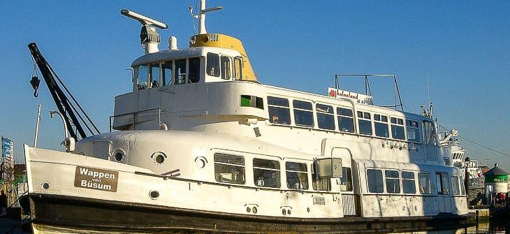 Die ehemalige HADAG-Hafenfähre WOHLDORF hat ihr ehemals mobiles Alu-Dach bis heute behalten. Es ist inzwischen fest montiert. Auf dem Bild sieht man gut den Übergang zwischen festen Dachaufbau und Alu-Dach (hinter dem 4. Fenster)
