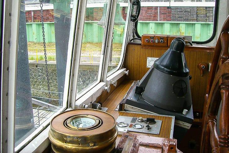 Kompass und Radarf im Ruderhaus der ehemaligen HADAG-Fähre ALTENWERDER
