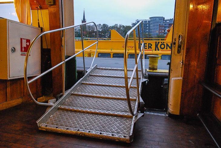 An den Anlegern werden kleine Stegs auf Rädern aus den Typschiffen der HADAG gezogen, um einen sicheren Zugang zu gewährleisten