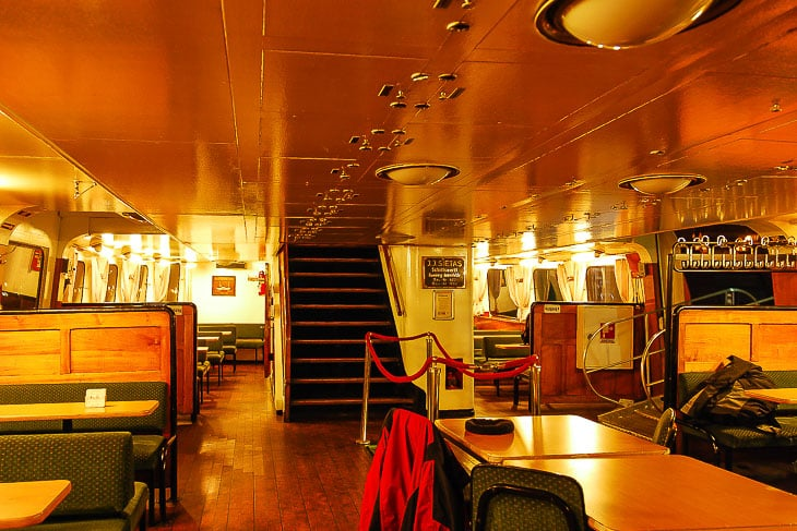 Der Innenraum der HADAG-Fähre KIRCHDORF