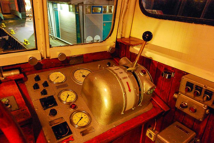 Mit diesem Fahrhebel steuert der Schiffsführer die Maschine der HADAG-Typschiffe