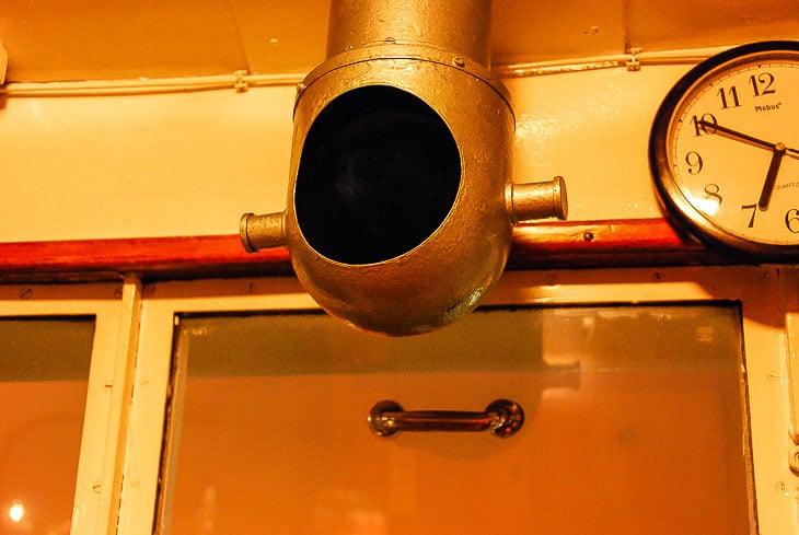 Beim HADAG-Typschiff KIRCHDORF ist der Kompass auf dem Dach untergebracht und über ein verspiegeltes Rohr einsehbar. Der Grund: Die MIssweisung war auf dem Dach geringer als im Ruderhaus