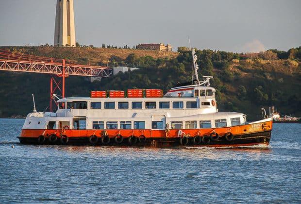 Die ehemalige HADAG-Hafenfähre VOLKSDORF hatte von Anfang an ein großes geschlossenes Oberdeck. Nachteil war das extrem kleine Freideck