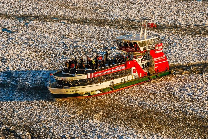 Selbst bei Schnee und Eis sind die Freidecks der HADAG-Hafenfähren gut gefüllt (Foto: Christian Hinkelmann)