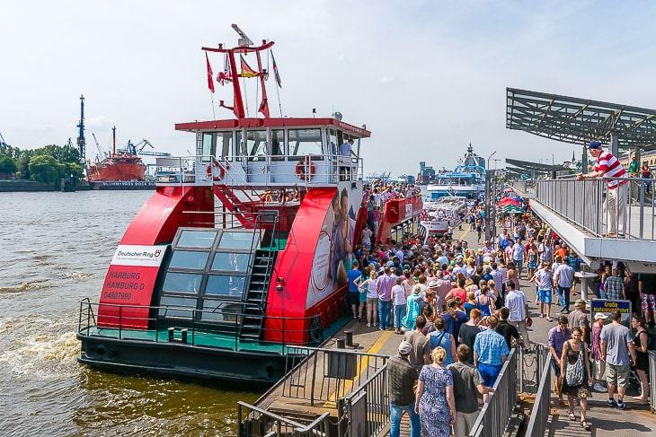 An den Wochenenden werden die HADAG-Hafenfähren von Fahrgästen regelrecht überrannt (Foto: Christian Hinkelmann)