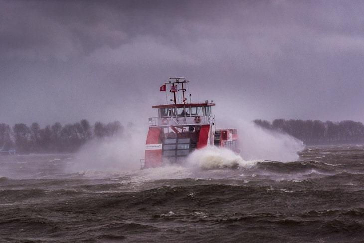 Selbst bei schwerstem Unwetter sind die Typ 2000-Hafenfähren der HADAG sicher unterwegs (Copyright: Christian Hinkelmann)