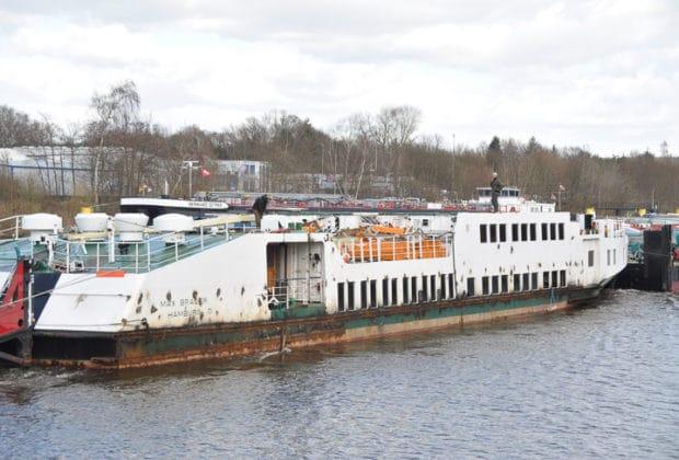 Ehemalige HADAG-Hafenfähre Max Brauer auf dem Weg zur Abwrackwerft