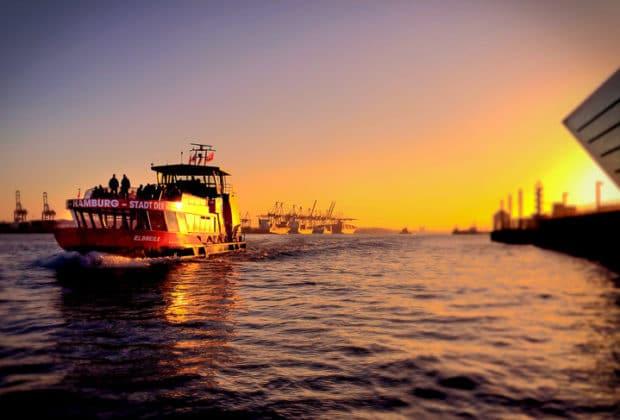 HADAG-Hafenfähre ELBMEILE im Sonnenuntergang in Hamburg