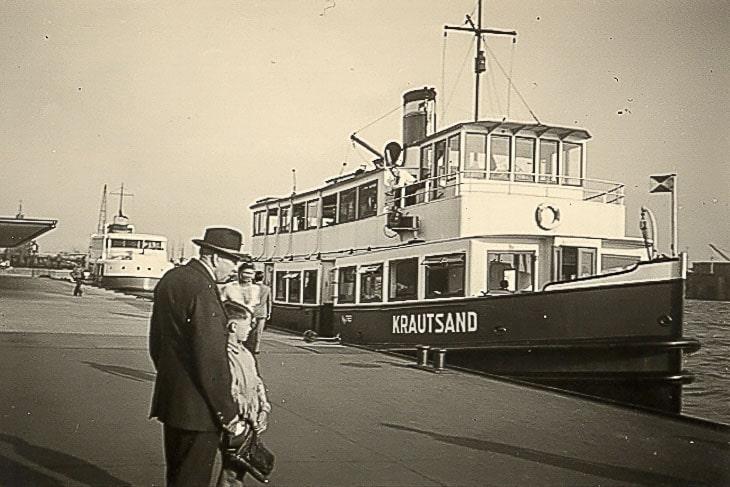 Pate der ersten Typschiff-Entwürfe: Die HADAG-Hafenfähre KRAUTSAND 1955 an den Hamburger Landungsbrücken (Copyright: Harald Schmidt)