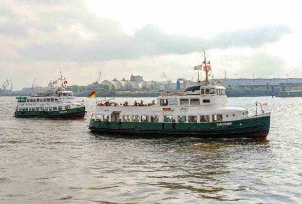 Zwei ehemalige HADAG-Typschiffe vor den Landungsbrücken in Hamburg