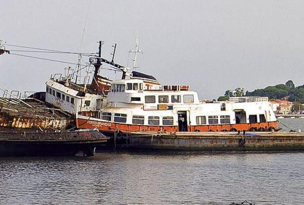 Die ehemalige HADAG-Hafenfähre FALKENSTEIN auf einem Schrottplatz in Lissabon