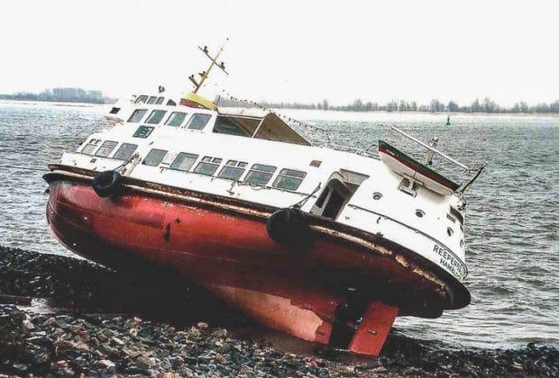 Die vor Wedel gestrandete ex HADAG-Hafenfähre REEPERBAHN 1994