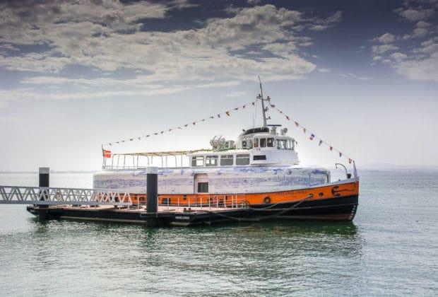 Die ehemalige HADAG-Hafenfähre PÖSELDORF als TRAFARIA PRAIA 2017 in Lissabon