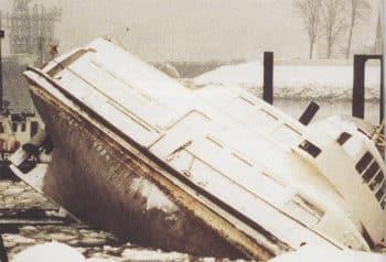 Die HADAG-Hafenfähre ALTENWERDER bei einem Werftunfall in Hamburg