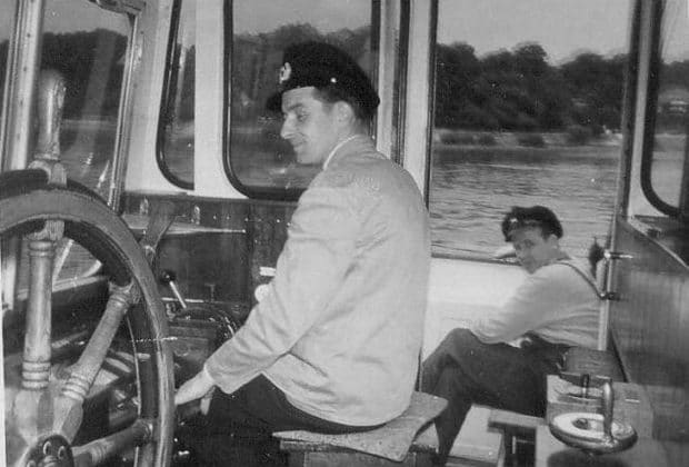 Ein altes Foto einer HADAG-Besatzung auf einem Typschiff